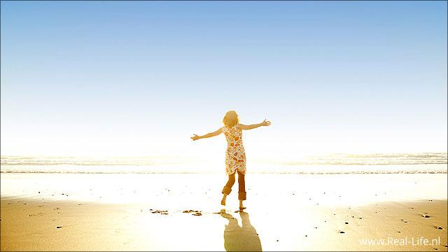 vrouw op strand ervaart gods liefde