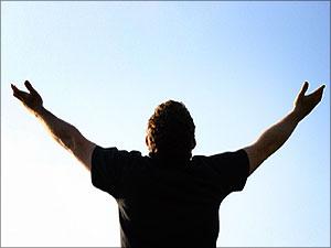 Man heft handen op in gebed
