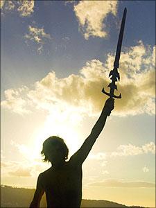 Jongeman heft een zwaard op