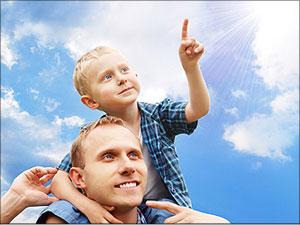 Kind op schouders van liefdevolle vader