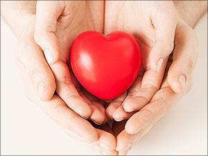Handen die een hart omsluiten