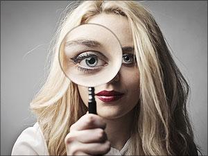 Vrouw met grote ogen onderzoekt iets