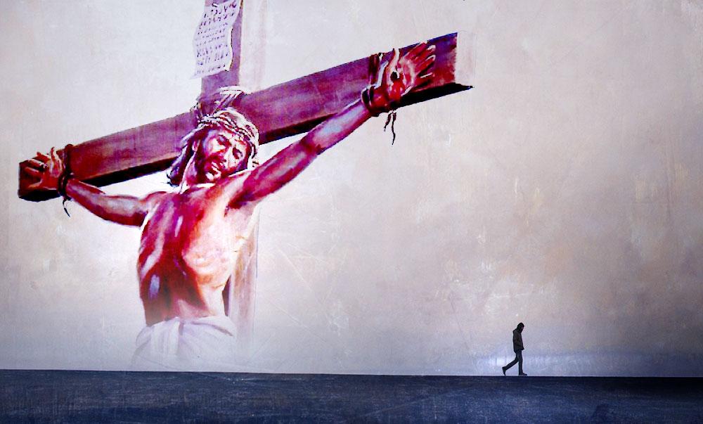 persoon verlaat jezus kruis