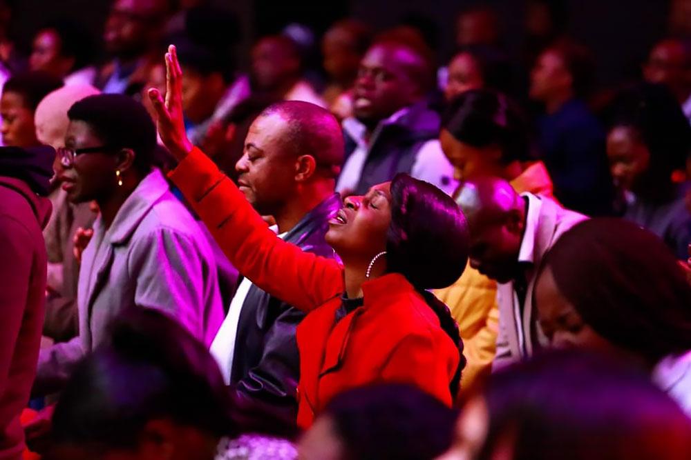 afrikaanse vrouw bidt